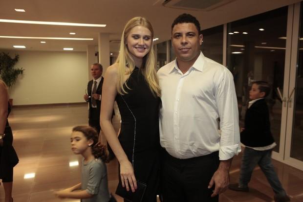 Celina Locks e Ronaldo (Foto: Isac Luz / EGO)