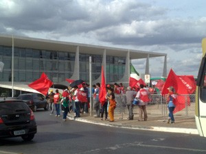 Servidores federais em greve protestam em frente ao Pal&#225;cio do Planalto (Foto: Rafael dos Santos/ do G1, em Bras&#237;lia)