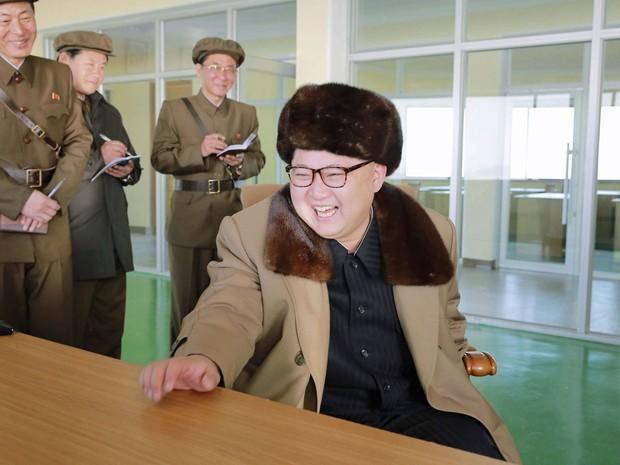 Kim Jong-un durante o teste de motor de míssil intercontinental (Foto: Reuters)