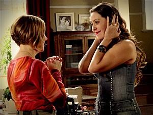 Olenka consegue amolecer o coração de Monalisa e é perdoada pela amiga  (Foto: Avenida Brasil/TV Globo)