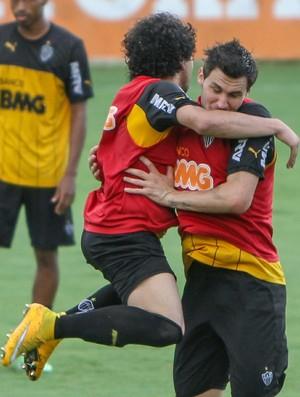 Luan brinca com Tiago durante treino do Atlético-MG (Foto: Bruno Cantini / Atlético-MG)