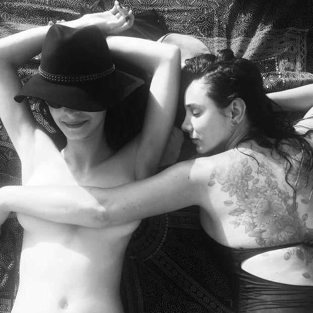 Giselle Batista posa seminua (Foto: Reprodução / Instagram)