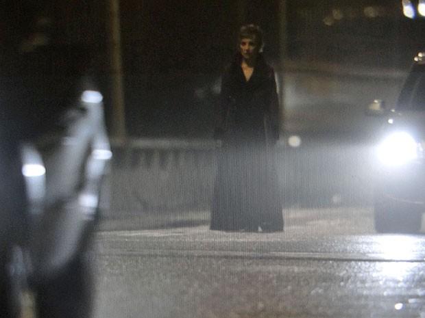 Melissa anda desorientada em meio aos carros (Foto: Amor Eterno Amor/TV Globo)