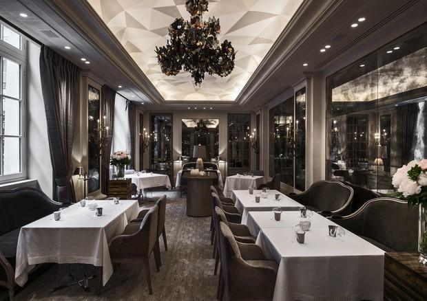 Comandado pelo chef Christophe Hache, o restaurante L'Ecrin, no Hôtel de Crillon, teve ambiente e menu renovados (Foto:  Divulgação)