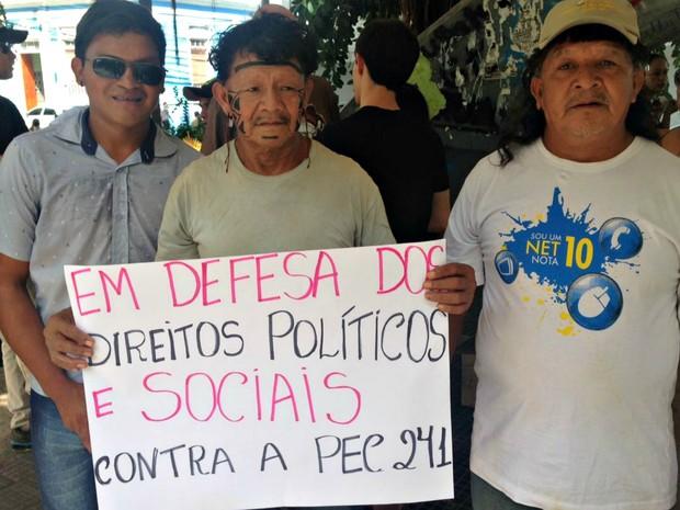Dunis Enawenê-Nawê (ao centro) saiu de Brasnorte para participar de ato (Foto: Desirêe Galvão/ G1)
