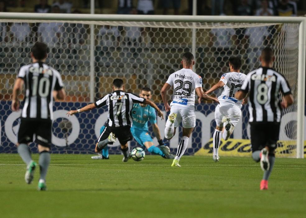 Pimpão, cara a cara com Vanderlei, perdeu a chance mais clara do jogo (Foto: Alex Silva/Estadão Conteúdo)
