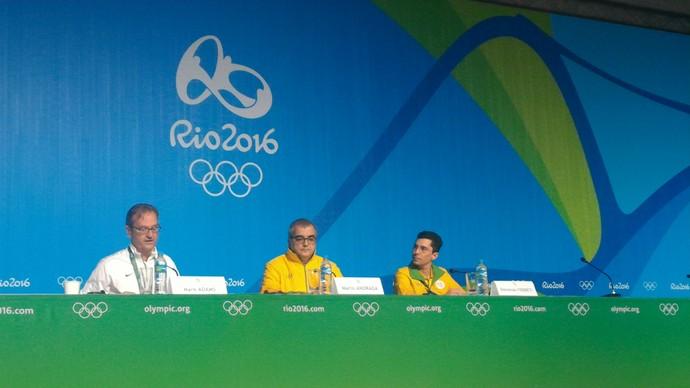 Briefing com porta-voz do COI, Mark Adams, à esquerda, e os diretores do Rio 2016 Mario Andrada e Donovan Ferreti (Foto: Vicente Seda)