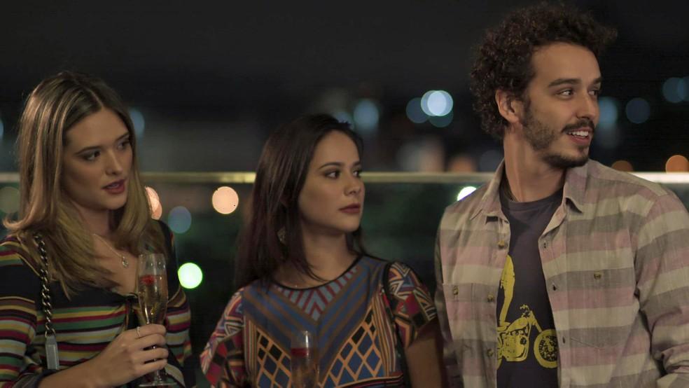 A galera critica o figurino da jogadora de vôlei, mas Cláudio não dá ideia e tenta conversar com a ex: (Foto: TV Globo)