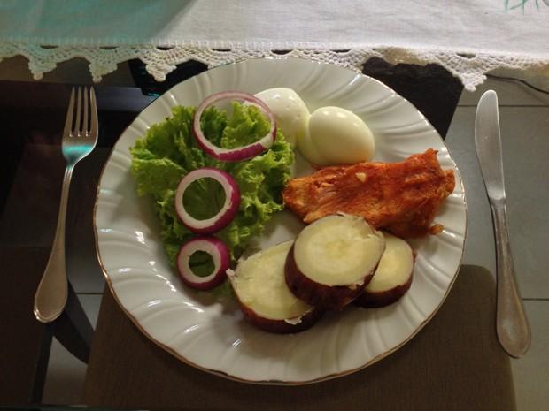 O jovem mostra como é um prato de almoço no seu novo estilo de vida (Foto: Arquivo pessoal/Heitor Marinho da Silva Araújo)