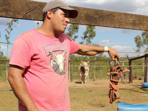 Com camiseta estampada com o nome e a cara de Pesadelo - ao fundo - Souza também é fã do touro (Foto: Clayton Castelani/ G1)