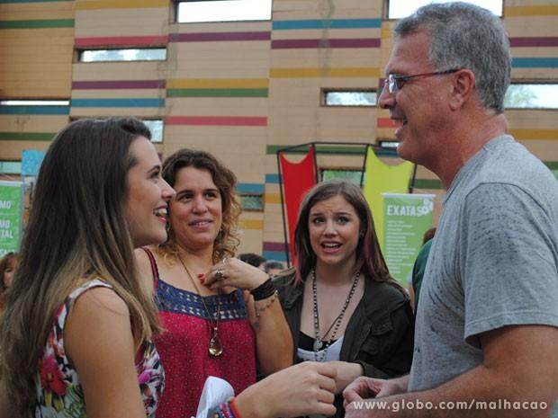 A diretora Tande Bressane acompanha o ensaio de Pedro Bial, Juliana Paiva e Alice Wegmann (Foto: Malhação / Tv Globo)