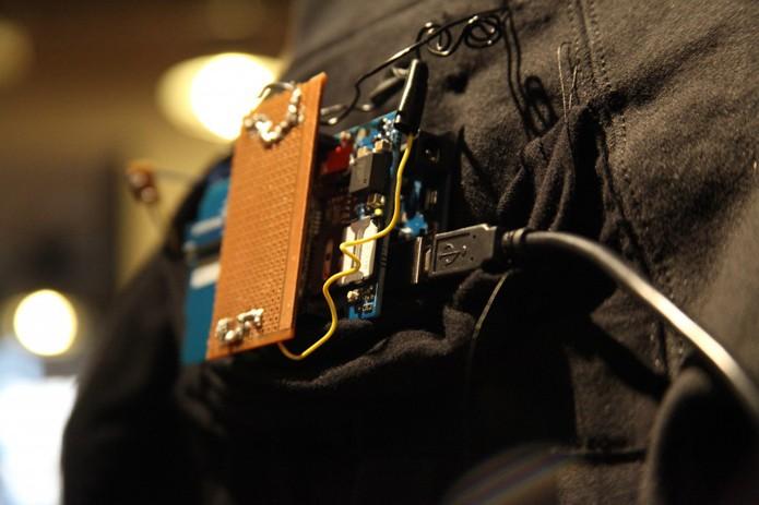 Roupa usa chips arduino para se comunicar com smartphones (foto: Reprodução/Smart Hoodie)