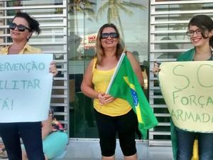 Em João Pessoa (PB), grupo leva cartazes pedindo a intervenção militar (Foto: Krystine Carneiro/G1)