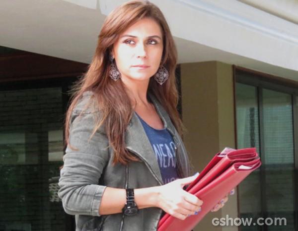 Clara fica mordida de ciúmes ao ver carinho entre Vanessa e Marina (Foto: Em Família / TV Globo)