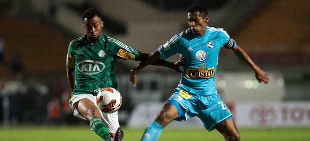Wesley do Palmeiras e Lobatón do sporting Cristal (Foto: Miguel Schincariol / Ag. Estado)