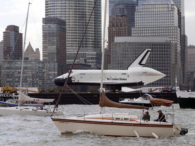 Enterprise é levada de navio a museu em Nova York (Foto: Reuters/Mike Segar)
