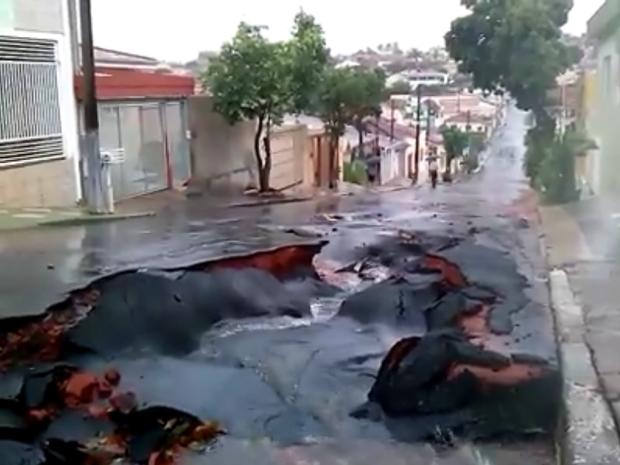 Asfalto se rompeu após reparo em Marília (Foto: Reprodução/TVTEM)