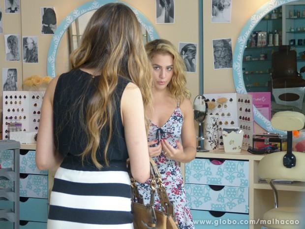 Flaviana dá de cara com Meg no salão de camisolinha (Foto: Malhação / TV Globo)