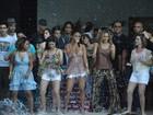 Claudia Leitte coloca todo mundo para dançar em festa na piscina