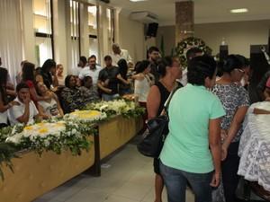 Familiares fiacram muito abalados no velório da ex-deputada Isabel Cristina (Foto: Amanda Franco/G1)