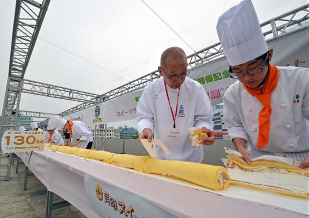 Chefs e aprendizes japoneses construíram o bolo de rolo mais longo do mundo (Foto: Yoshikazu Tsuno/AFP)