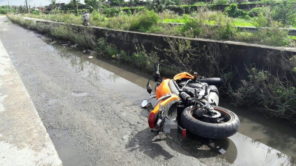 Motociclistas estariam transitando pelo acostamento da BR-101, no Recife, quando ocorreu a colisão (Foto: Divulgação/PRF)