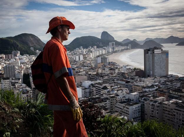 Gari no alto do morro com vista para Zona Sul do Rio (Foto: Cyril Marcilhacy )