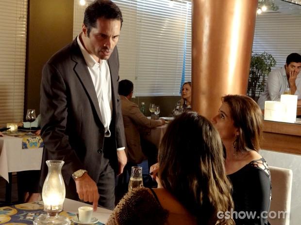 Homem chega em Clara e Marina e mostra preconceito (Foto: Em Família / TV Globo)