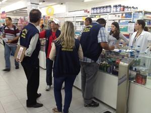 Fiscais do Procon-JP fiscalizam farmácias e drogarias da capital  (Foto: Walter Paparazzo/G1)