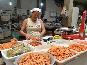 Segundo Zenaide Moraes, o camarão e o sururu também são bastante procurados  (Foto: Marina Fontenele/G1)