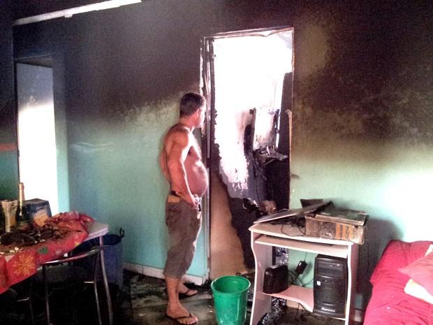 Fogo destruiu apartamento na manhã desta sexta-feira (21) (Foto: Mayara Rached/TV Tribuna)