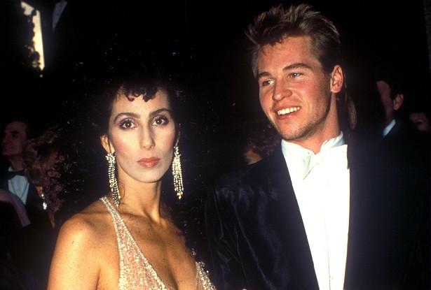 O astro do clássico dos anos 80 'Top Gun: Ases Indomáveis' Val Kilmer namorou naquela década com a deusa do pop, Cher, 14 primaveras mais velha. (Foto: Getty Images)