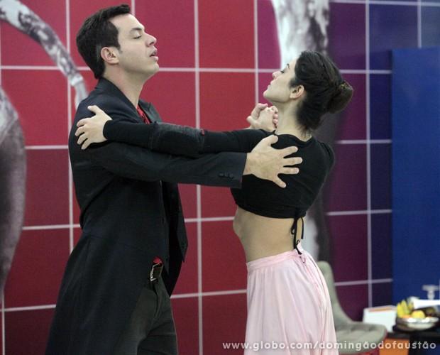 A atriz exibiu a barriga negativa na pista de dança (Foto: Domingão do Faustão / TV Globo)