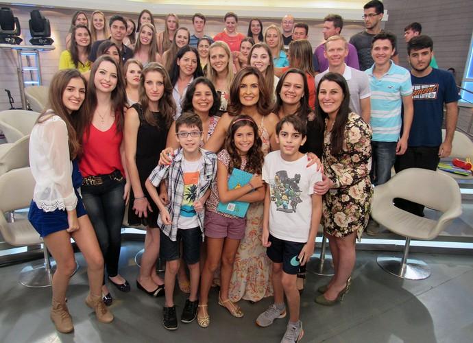 Plateia do Encontro com Fátima aproveita para posar com a apresentadora (Foto: Melina Mantovani/ Gshow)