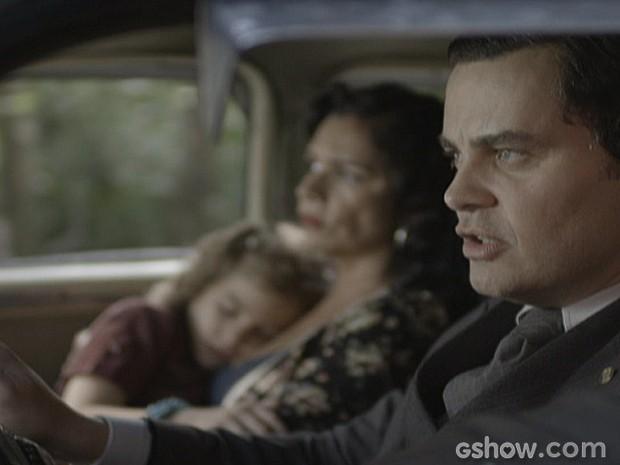 Com a ajuda de Marlene, Manfred foge pela estrada levando Pérola (Foto: Joia Rara/ TV Globo)