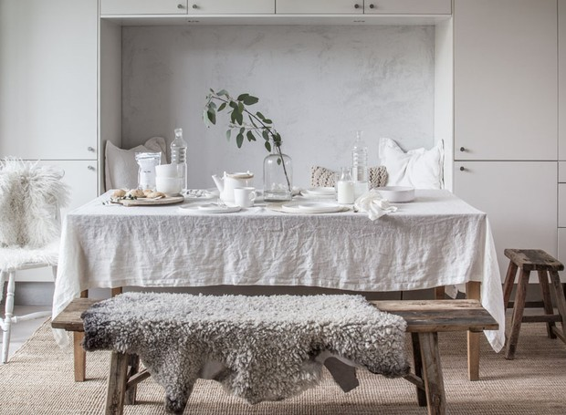 Na opinião de Niki, uma boa decoração escandinava tem que ter mantas e cobertores que imitam pele de carneiro. A ideia é deixá-los espalhadas pelo décor, como se tivessem sido esquecidos por ali (Foto: Divulgação)