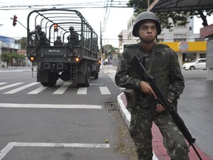 Homens do Exército vão às ruas da Praia do Canto para fazer segurança da população na ausência da PM (Foto: Carlos Alberto Silva/ A Gazeta)
