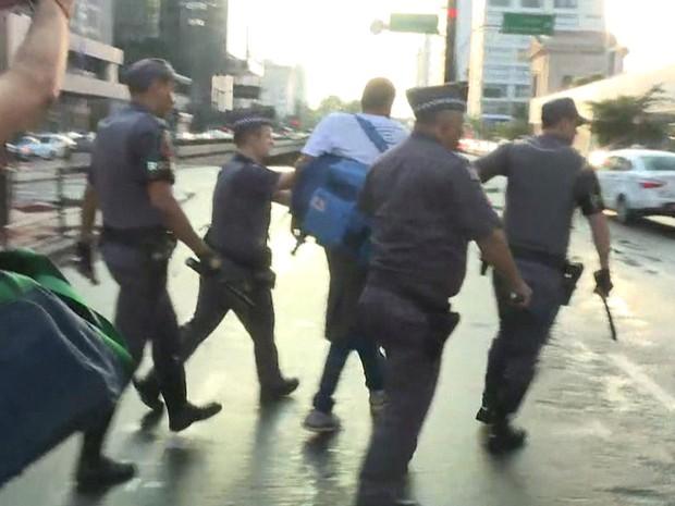 Manifestante é detido por policiais militares na Avenida Paulista (Foto: GloboNews/Reprodução)