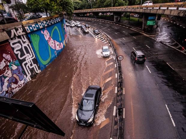 Motoristas enfrentam ponto de alagamento na passagem entre a Rua da Consolação e a Avenida Paulista, na região central de São Paulo, na tarde desta terça-feira (19) (Foto: Claudio Manculi/Frame/Estadão Conteúdo)