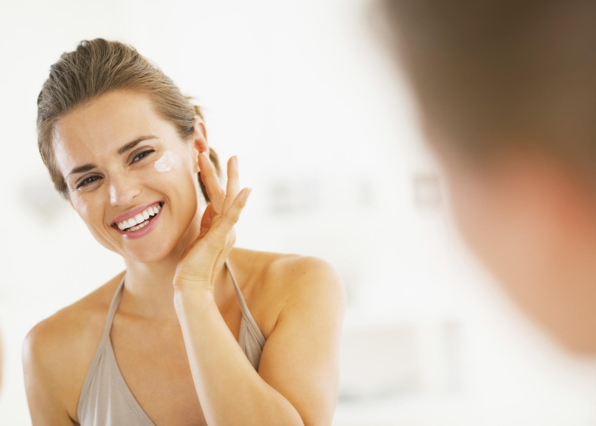 Hidratante, antioxidante e protetor solar: veja a ordem correta para aplicar os produtos de beleza no rosto
