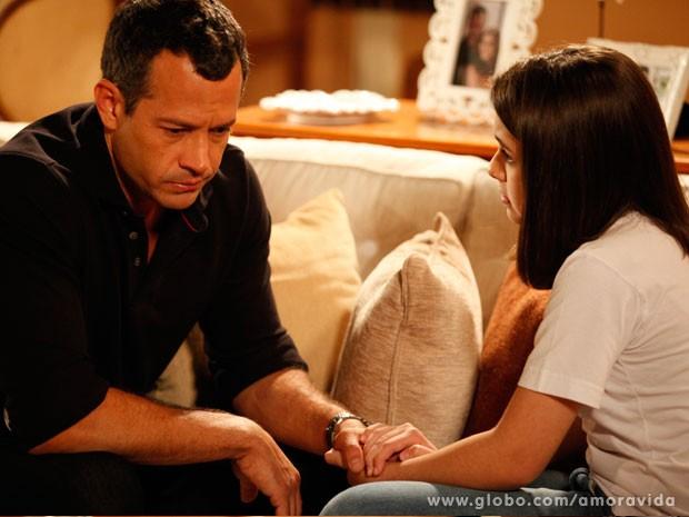 Bruno tem medo que a filha esteja fazendo algo errado (Foto: Amor à Vida/TV Globo)