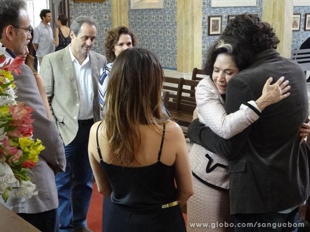 Bento abraça e perdoa Glória (Foto: Sangue Bom / TV Globo)