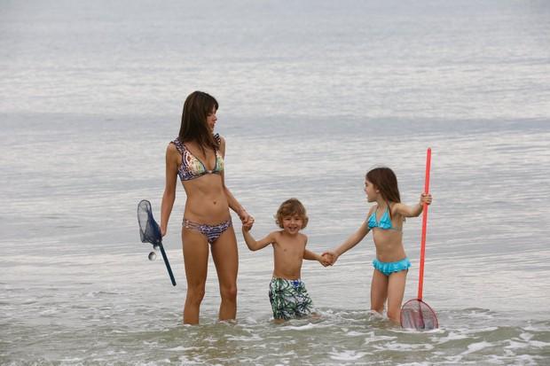 Alessandra Ambrósio com os filhos (Foto: Gabriel Reis/Agnews)