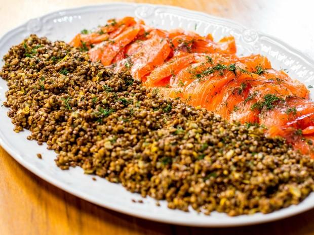 Marinado de salmo com lentilhas puy da Carolina Ferraz (Foto: Robert Schwenck)