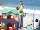 Guilhermina Guinle brinca com a filha, Minna, na praia