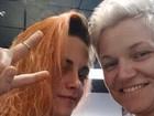 Kirsten Stewart muda o visual e aparece com o cabelo laranja