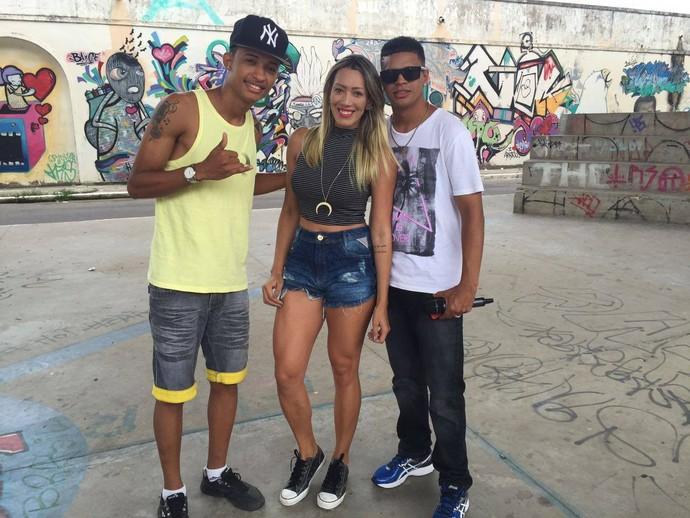 Fernanda Pinheiro foi bater um papo com os MCs Themys e Lipe DS (Foto: Fernando Petrônio)