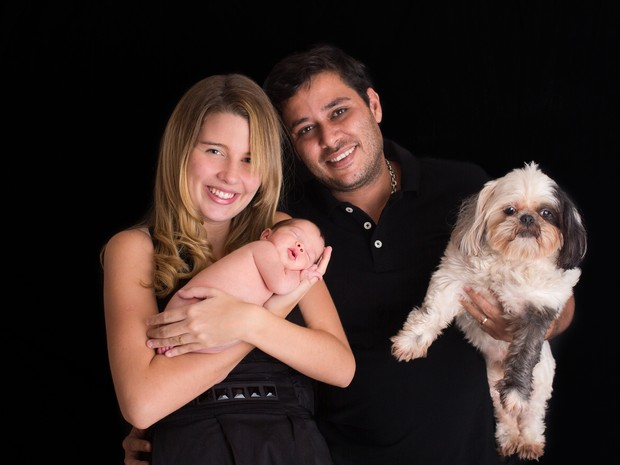 Debby Lagranha com a filha, Maria Eduarda, e o marido (Foto: Paula Massoni / Divulgação)