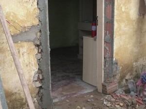 Porta da residência foi aumentada para que cadeira passe (Foto: Reprodução/ TV TEM)