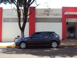 Centro odontológico teve fachada pintada em vermelho (Foto: Arquivo Pessoal/ Divulgação)